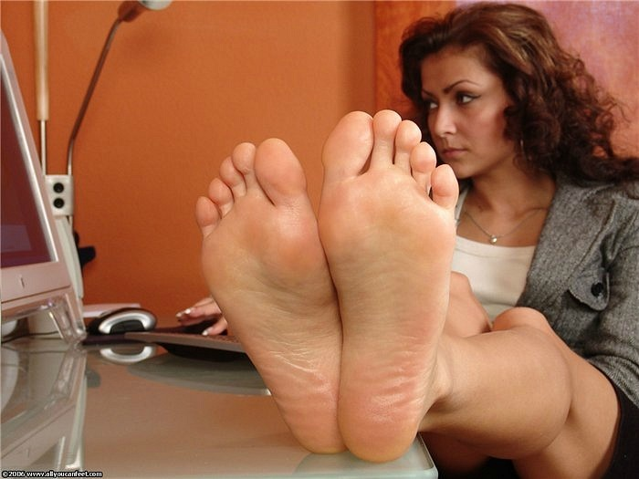 Девушки лижут красивые ножки
