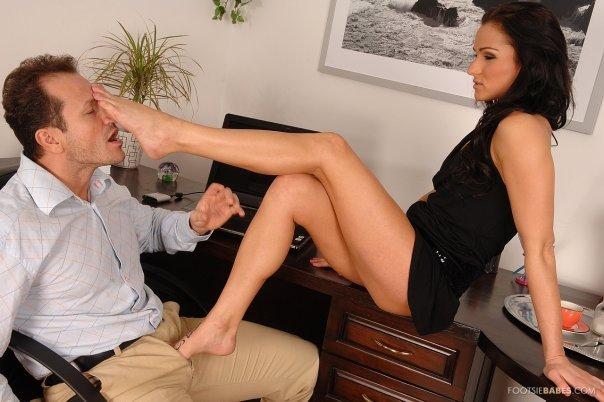 Парень лижет ноги своей начальнице