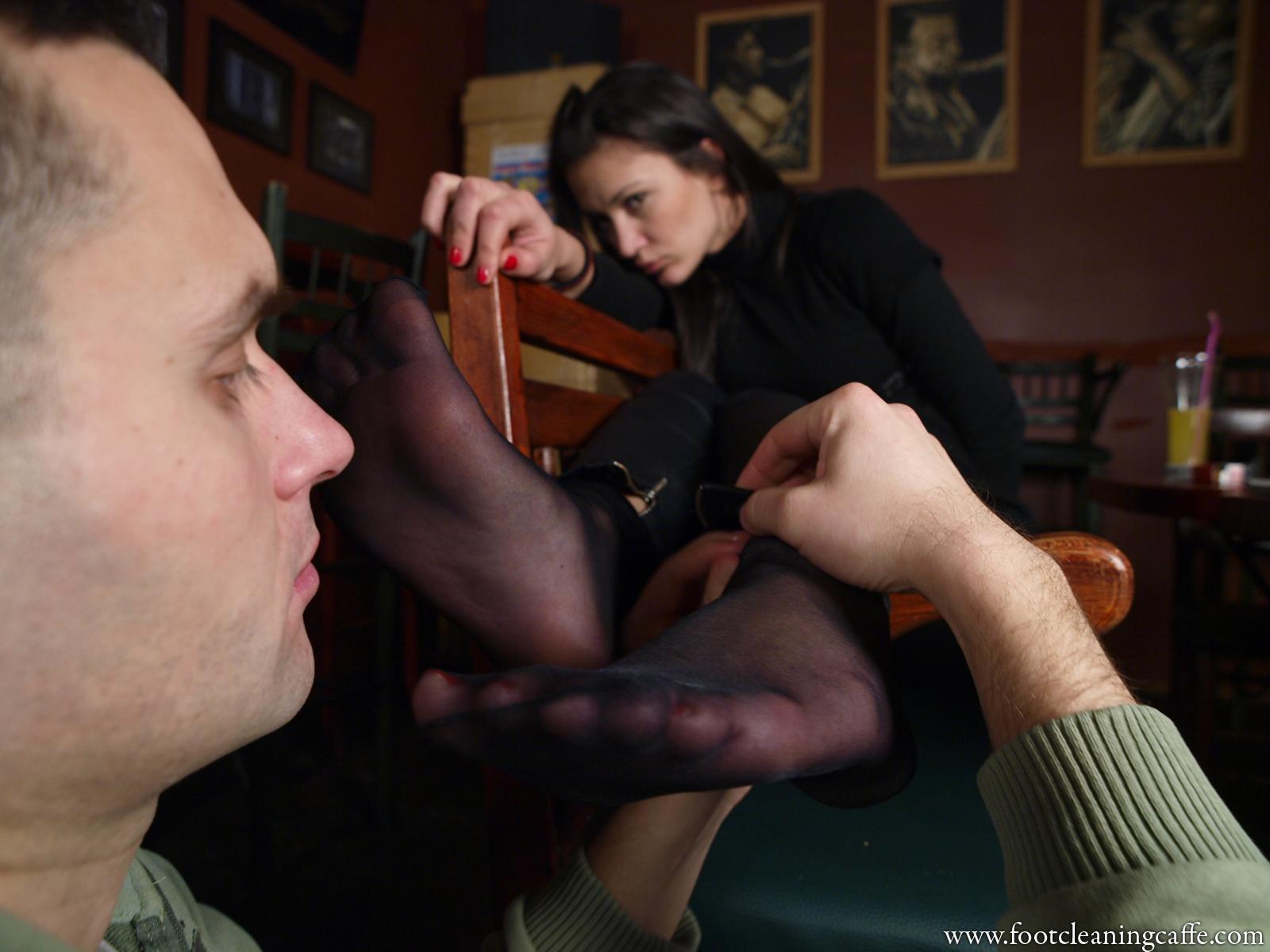 Целует жене ноги, Муж целует ноги жене, которую ебет любовник - смотрите 2 фотография