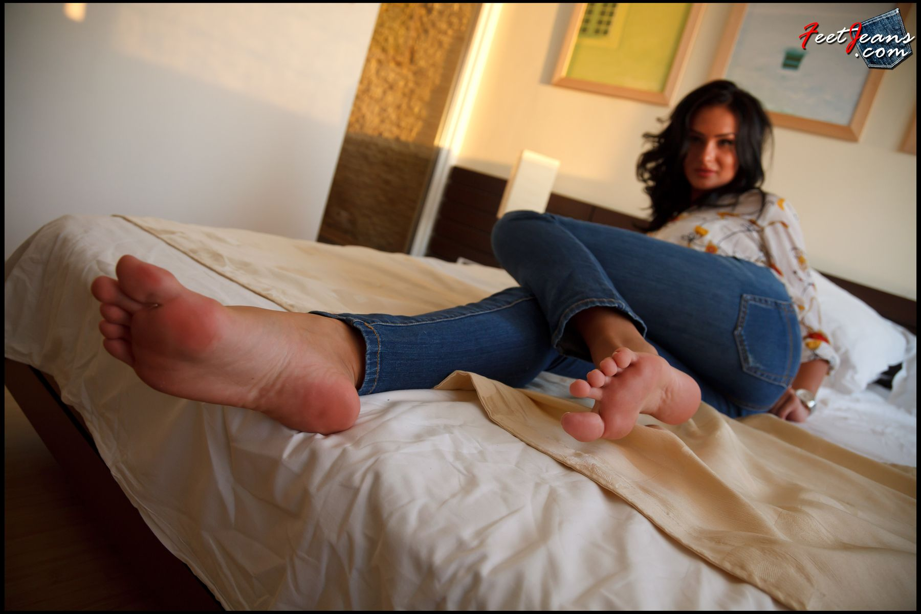 2 подружки нюхают ножки фото