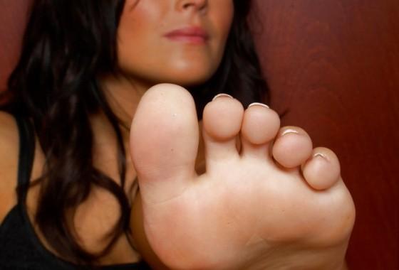 brunettes-lick-feet-681x1024